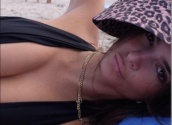 Modelja e njohur shfaqet 'topless' nga plazhi