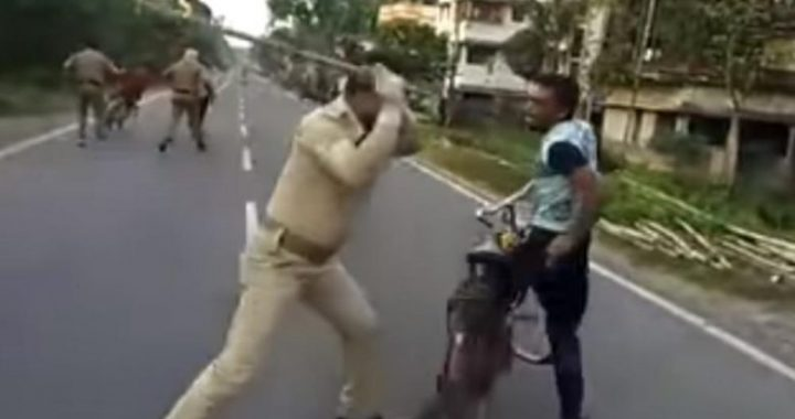 Nuk respektuan vendimin e qeverisë për t'u mbyllur nëpër shtëpi, policia indiane rrah të gjitha ata i zë nëpër rrugë