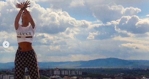 Rrezikon Dafina Zeqiri, shfaqet mbi kulmin e një ndërtese dhe bën shqiponjën