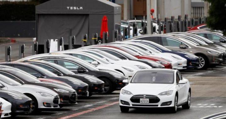 SHBA nis hetimin ndaj kompanisë Tesla, pasi 63 mijë makina raportuan dështimet në pajisjen e ekranit të veturave