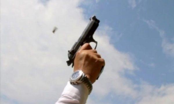 Postoi fotografi me armë në rrjete sociale, policia e fton në stacion