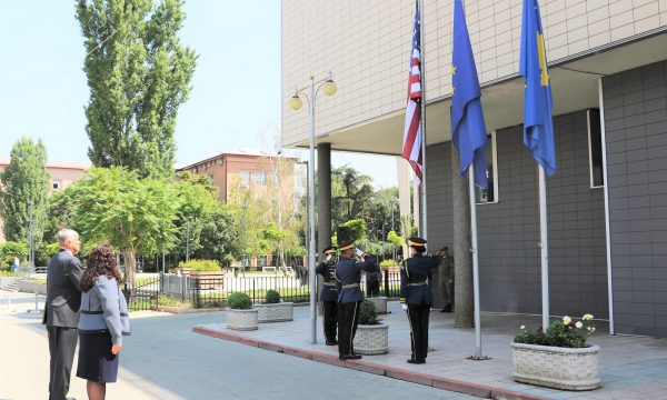 Osmani dhe ambasadori Kosnett ngritin flamurin amerikan për nder të 4 Korrikut