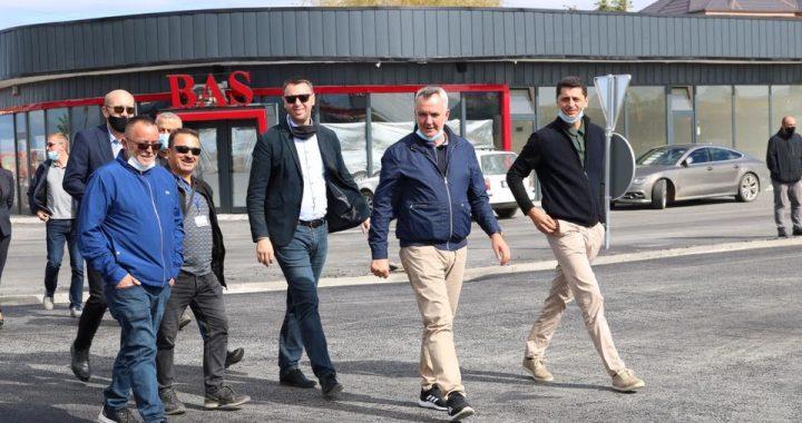 Kryetari Imri Ahmeti dhe Ministri Arban Abrashi përciellin punimet tek rreth rrotullimi në rrugën nacionale, N2 Prishtinë-Ferizaj
