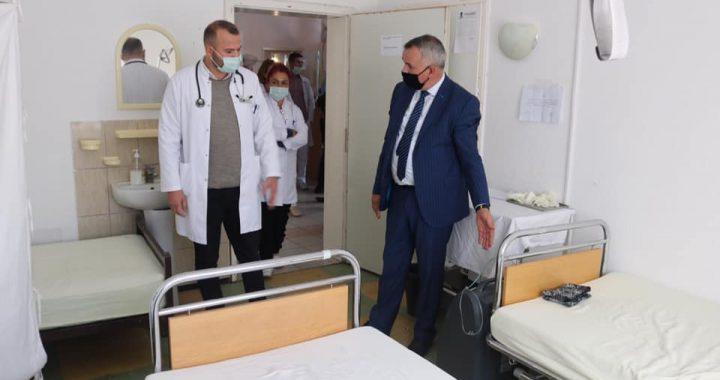 """Ahmeti viziton QMF """"Vehbi Shamolli"""" në Shalë, """"Jam i kënaqur me punën dhe angazhimin e stafit gjatë kohës së pandemisë"""""""