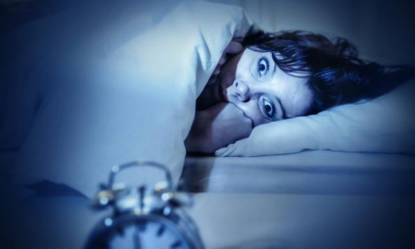 Çfarë është paraliza e gjumit dhe cilët persona janë më të rrezikuar