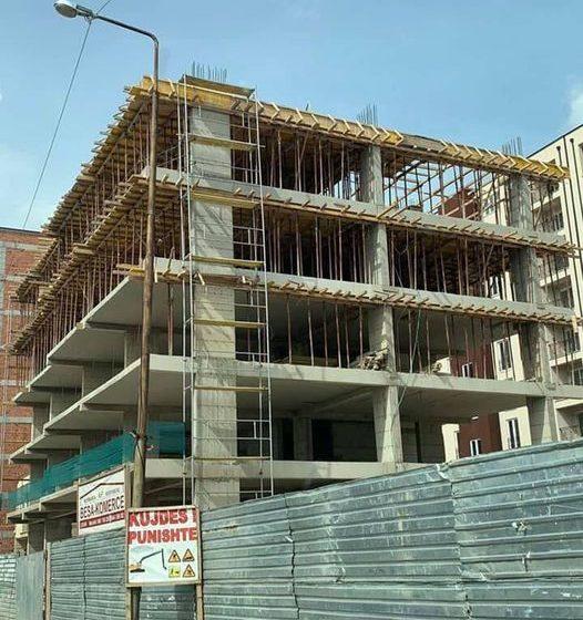 Shitet banesa 87.65 m2 objekti në ndërtim e sipër