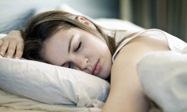 E teproni me gjumë? Këto janë pasojat në trupin tuaj
